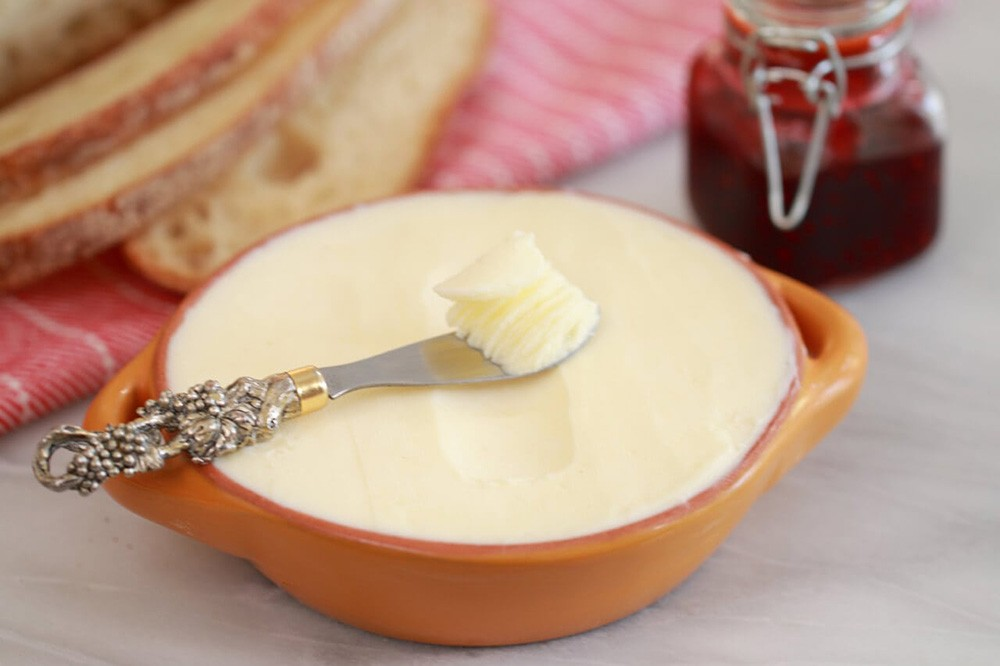Jak zrobić masło z pomocą maselnicy jako sposób na wykorzystywanie mleka